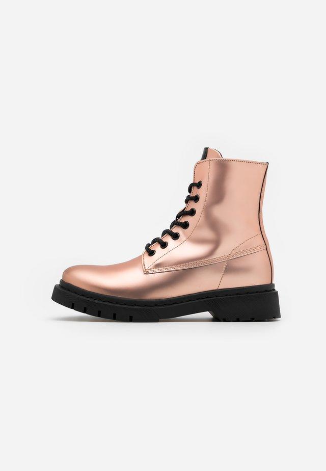 BOOTS - Kotníkové boty na platformě - rose metallic