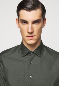 Sand Copenhagen - JACKY - Camisa elegante - khaki - 3