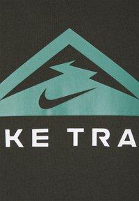 Nike Performance - TEE TRAIL - T-shirt print - sequoia - 2