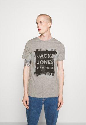JJDEN TEE CREW NECK - Print T-shirt - grey