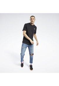 Reebok Classic - CLASSICS SMALL VECTOR T-SHIRT - Print T-shirt - black - 1