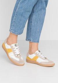 DL Sport - Sneakersy niskie - safran - 0