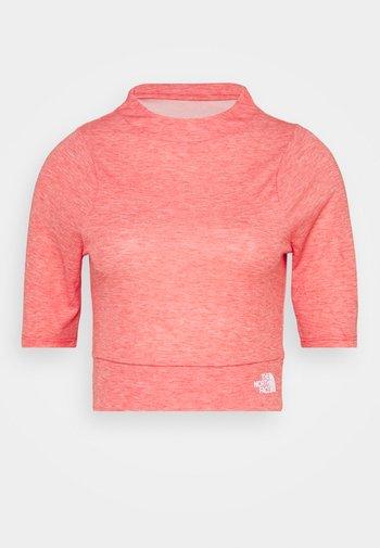 VYRTUE CROP - T-shirts med print - horizon red heather