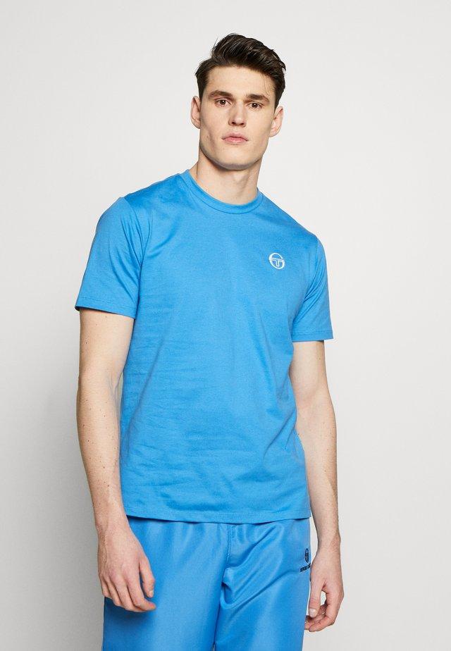 SERGIO  - Basic T-shirt - campanula/white