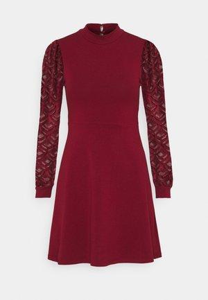 ONLMILLE LIFE MIX DRESS - Žerzejové šaty - pomegranate
