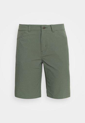 SKYLINE TRAVELER  - Shorts outdoor - kale green