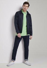 TOM TAILOR DENIM - POLOSHIRTS POLOSHIRT MIT PRINT - Polo shirt - soft neo green - 1