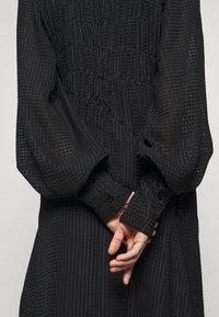 Victoria Beckham - LONG SLEEVE SMOCKED MIDI - Denní šaty - black - 5