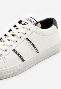MOA - Master of Arts - TRIKS - Trainers - white - 4