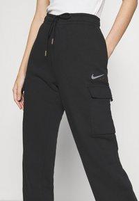 Nike Sportswear - CARGO PANT LOOSE - Teplákové kalhoty - black - 4