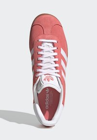 adidas Originals - GAZELLE SHOES - Sneakers laag - red - 2