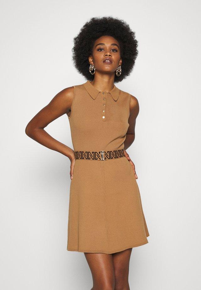 PENNY DRESS - Stickad klänning - desert