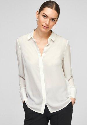 MIT PLISSEE-RÜCKEN - Button-down blouse - soft white