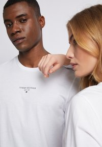 Tommy Hilfiger - LOGO UNISEX - Long sleeved top - white - 5