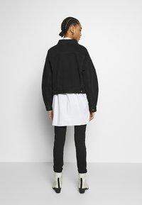 Levi's® - PLEAT SLEEVE TRUCKER - Veste en jean - black denim - 2