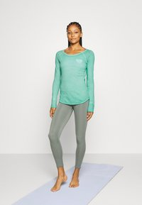 Yogasearcher - KARANI - Long sleeved top - celadon - 1