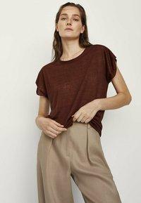 Massimo Dutti - MIT RUNDHALSKRAGEN  - T-shirt basique - ochre - 1