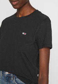 Tommy Jeans - REGULAR C NECK - Jednoduché triko - black - 5
