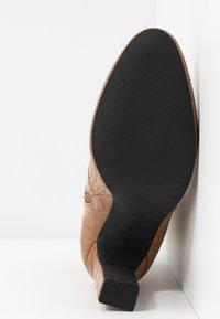 NA-KD - GLOSSY BOOTIES - Ankelboots med høye hæler - brown - 6