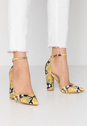 NICHOLES - Høye hæler - yellow