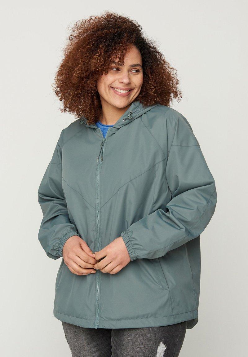 Zizzi - MIT REISSVERSCHLUSS UND KAPUZE - Summer jacket - green