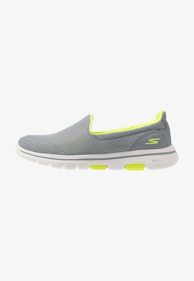 GO WALK 5 - Walking trainers - gray/lime