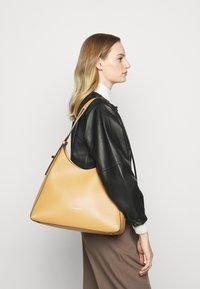 Coccinelle - FEDRA - Velká kabelka - warm beige - 0