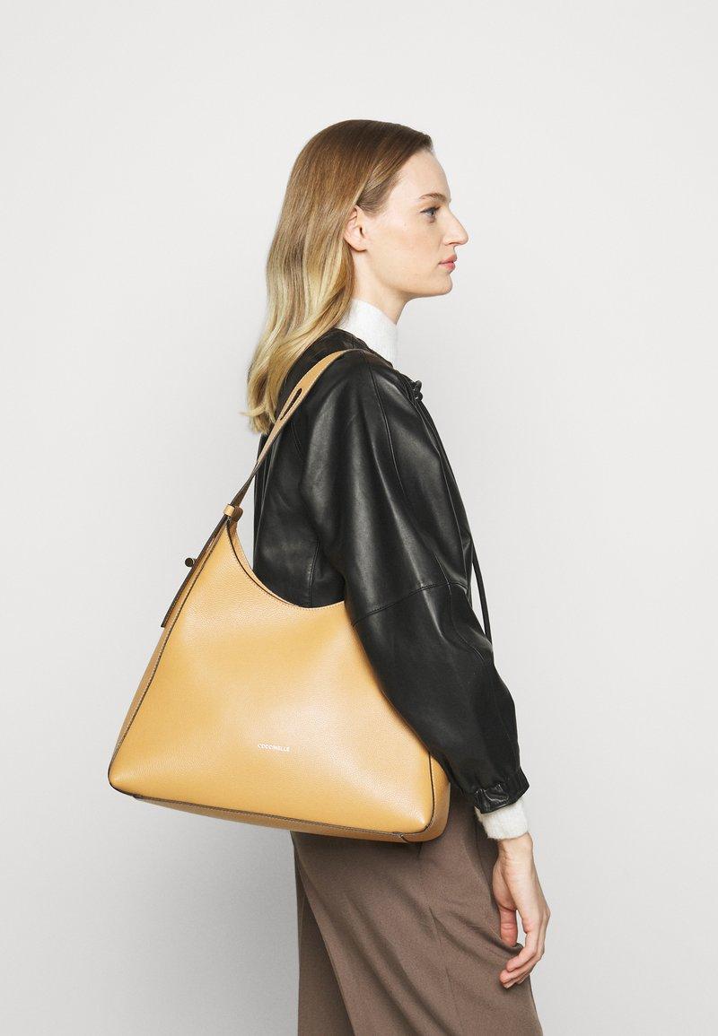 Coccinelle - FEDRA - Velká kabelka - warm beige