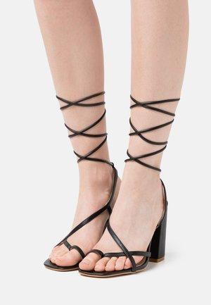 WIDE FIT EVERLEIGH - Sandalias de dedo - black