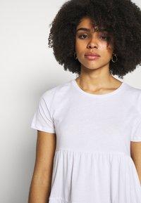 ONLY Petite - ONLAYCA PEPLUM - Print T-shirt - white - 3