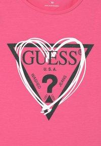 Guess - JUNIOR  - Print T-shirt - pop pink - 2