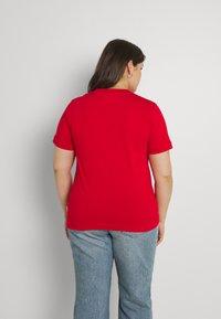 Calvin Klein Curve - INCLUSIVE CORE LOGO - T-shirt print - racing red - 2