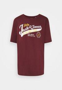 Jack & Jones - JJELOGO TEE O NECK - T-shirt med print - port royale - 0