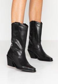 Vero Moda - VMASA BOOT - Cowboy/Biker boots - black - 0