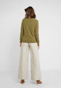 pure cashmere - CLASSIC CREW NECK  - Jersey de punto - olive - 2