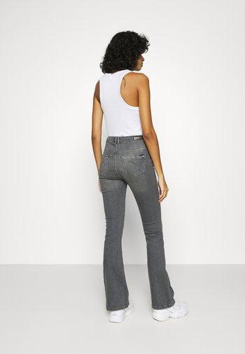 ONLPAOLA FLARED JEANS - Jeans a zampa - black denim
