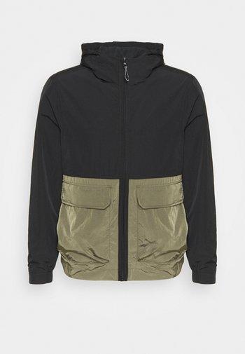 CRINKLE HOODED WINDCHEATER - Summer jacket - green