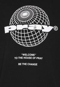 PRAY - PRAY GLOBE UNISEX - Huvtröja med dragkedja - black - 2