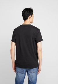 Timberland - STACK LOGO TEE - T-shirt z nadrukiem - black - 2