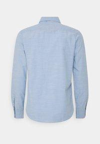 TOM TAILOR - REGULAR SMART SLUB - Shirt - light blue chambray - 8
