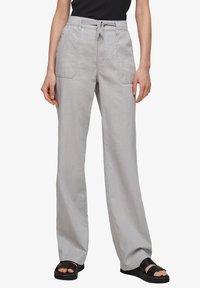 QS by s.Oliver - Pantalon classique - light grey - 4