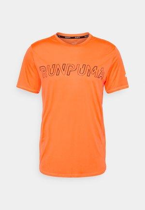 RUN LOGO TEE - Print T-shirt - lava blast