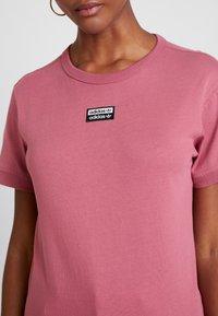 adidas Originals - RETRO LOGO TEE - T-shirt med print - trace maroon - 5