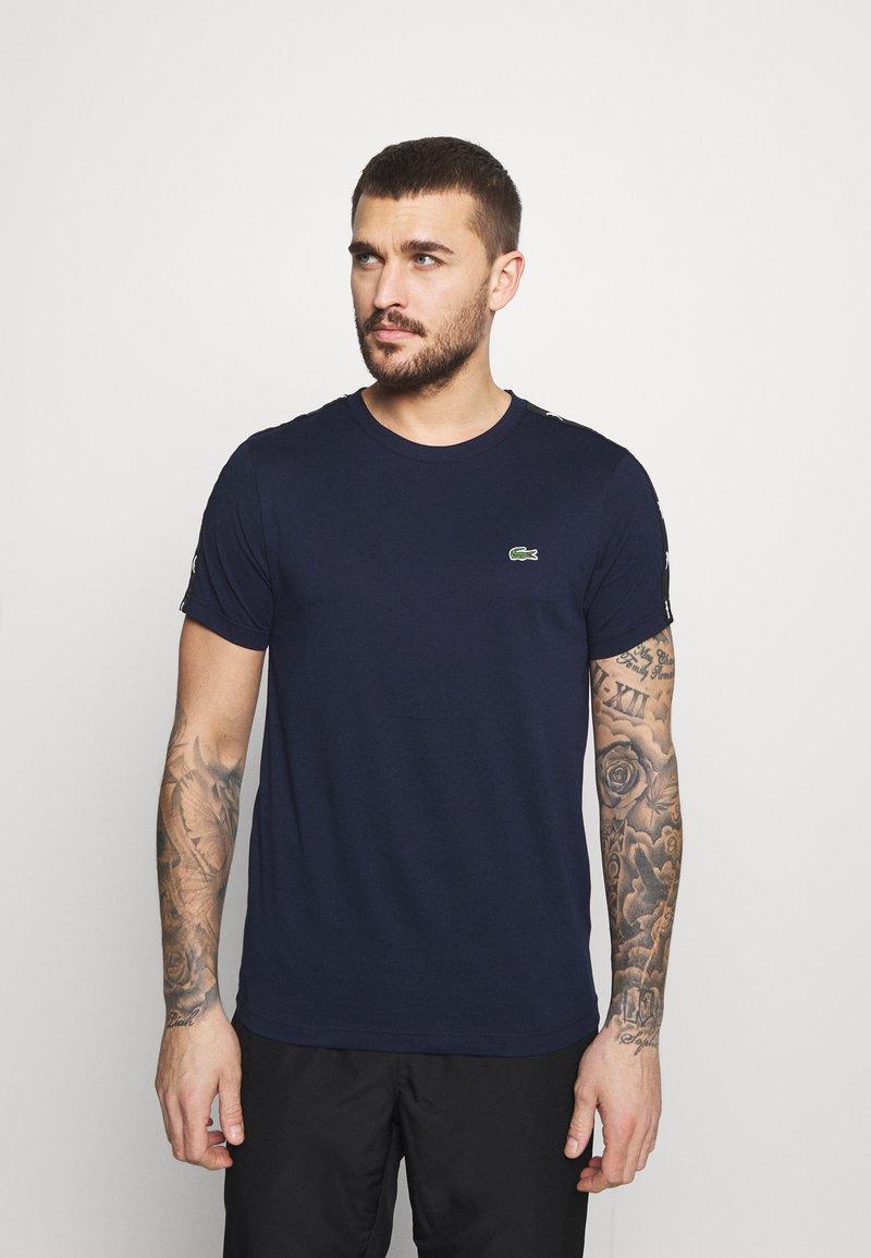 Lacoste Sport - T-shirt med print - navy blue/black