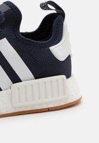 adidas Originals - NMD_R1 BOOST SHOES - Tenisky - collegiate navy/footwear white - 7