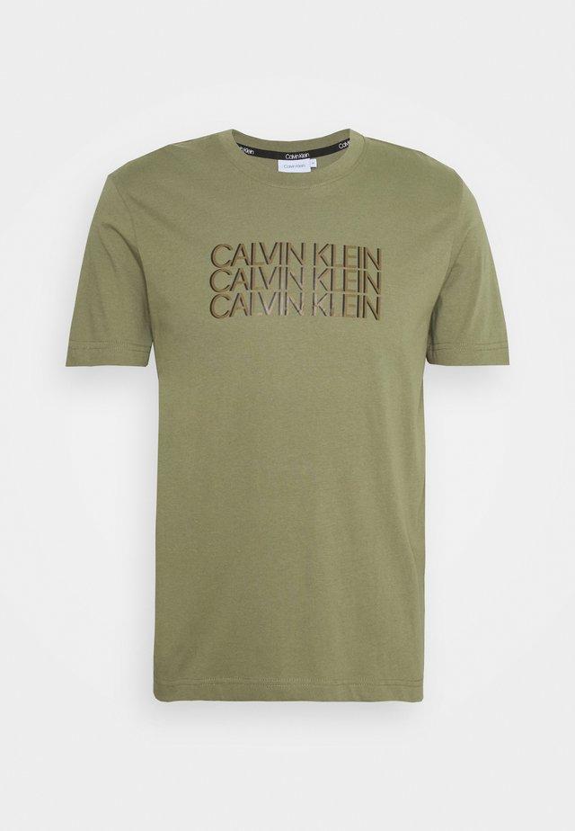 TRIPLE CENTER LOGO - Camiseta estampada - green