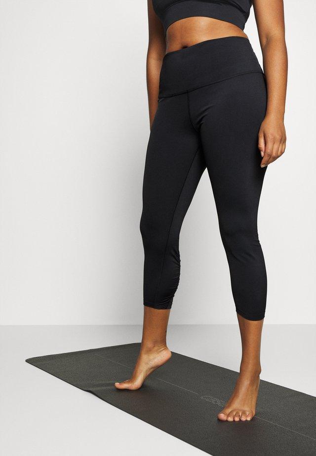 YOGA RUCHE 7/8 TIGHT PLUS - Pantalon 3/4 de sport - black/dark smoke grey