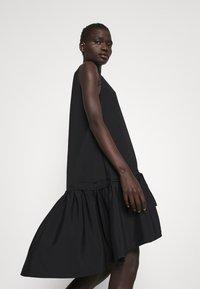 Victoria Victoria Beckham - FLOUNCE HEM SHIFT DRESS - Koktejlové šaty/ šaty na párty - black - 3