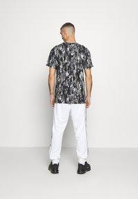 Nike Sportswear - REPEAT - Teplákové kalhoty - white - 2