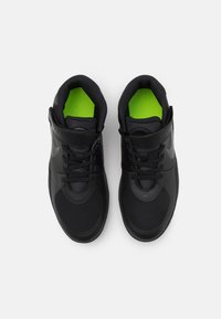 Nike Performance - TEAM HUSTLE D 9 FLYEASE UNISEX - Zapatillas de baloncesto - black/dark smoke grey/volt - 3